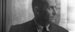 Portrait de profil de Joan Miro en noir et blanc de