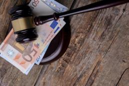 Marteau ventes aux enchères posé sur des billets de banques
