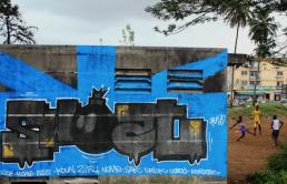 Graffitis Treichville Abidjan avec enfants jouant en arrière plan