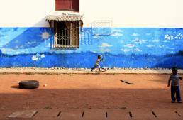 Fresque mural Abidjan avec enfant en trottinette